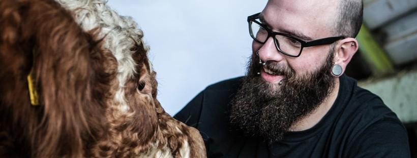 Mann mit Bart und Bulle